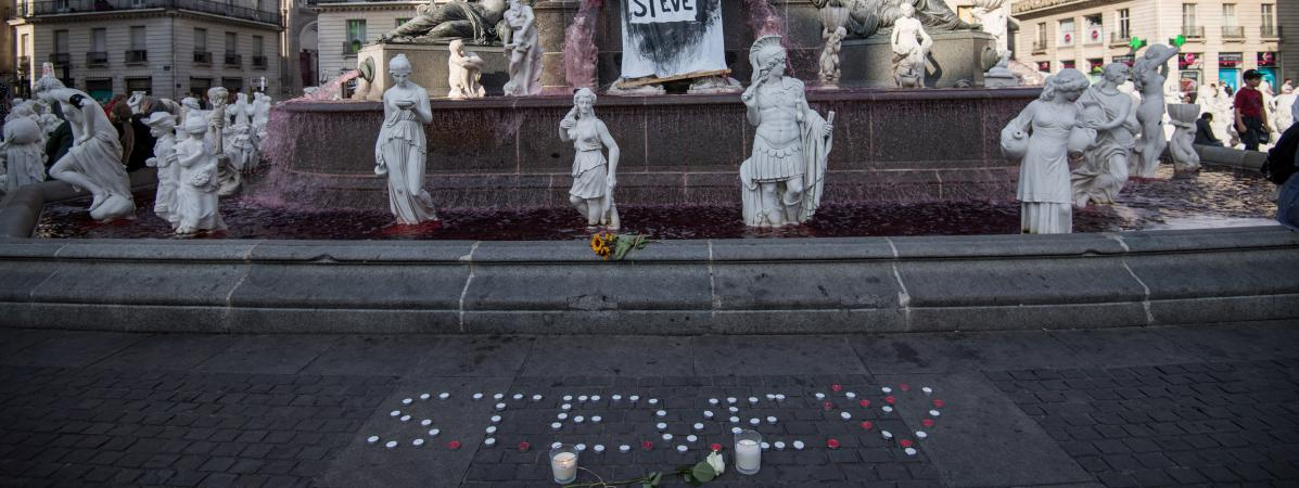 La fontaine de la place Royale à Nantes où des bougies ont été déposées en hommage à Steve.