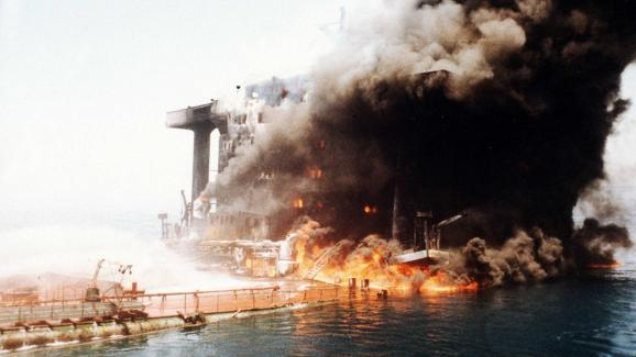 Un pétrolier saoudien brûle dans le golfe ersique, durant la guerre Iran-Irak, en 1984.