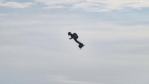Le Français Franky Zapata réussit la première traversée de la Manche en Flyboard, la machine volante qu'il a inventée