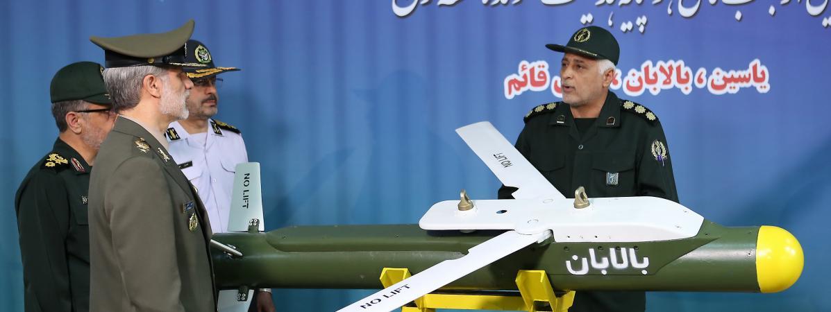 """Le ministre de la Défense iranien Amir Hatami (à gauche, devant) près du missile \""""Balaban\"""" lors d\'une cérémonie de présentation de trois nouveaux missiles iraniens à Téhéran, le 6 août 2019."""
