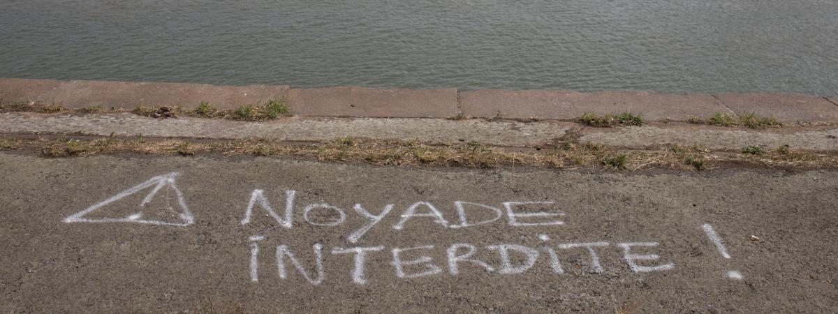 """Une inscription \""""Noyade interdite\"""" sur le quai Wilson, le 27 juin 2019, à l\'endroit où Steve Maia Caniço a disparu dans le anuit du 21 au 22 juin 2019"""