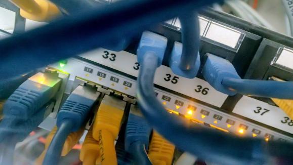 Des cables informatique reliés à un ordinateur permettent d\'être connecté à internet.