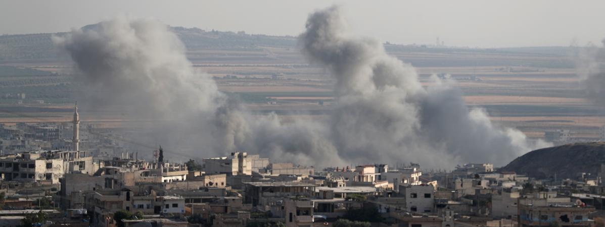 De la fumée s\'élève des bâtiments après des bombardements aériens, en Syrie, le 5 août 2019.