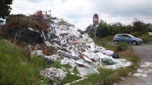 Décharges sauvages : l'Association des maires de France propose la création d'un délit de trafic de déchet