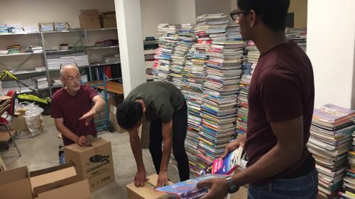 """""""Il faut faire attention à toutes ces dépenses inutiles"""": devenus obsolètes, des milliers de manuels scolaires vont partir pour l'Afrique"""