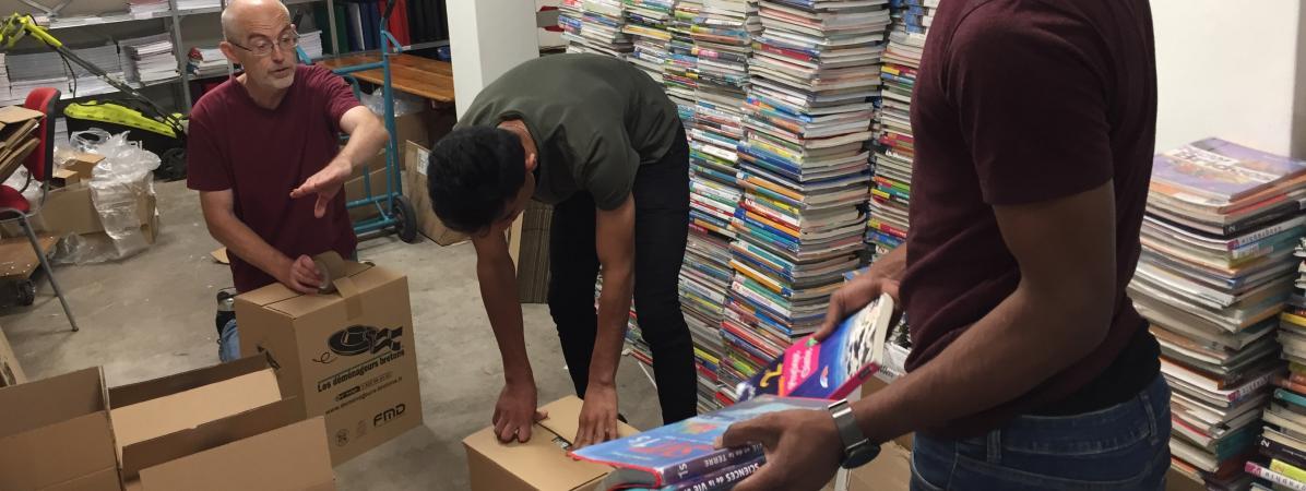 """""""Il faut faire attention à toutes ces dépenses inutiles"""" : devenus obsolètes, des milliers de manuels scola..."""