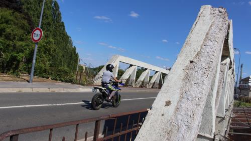 """VIDEO. """"On ne peut pas laisser un pont dans cet état"""" : à Crépy-en-Valois, des habitants s'inquiètent d'un pont décrépit"""