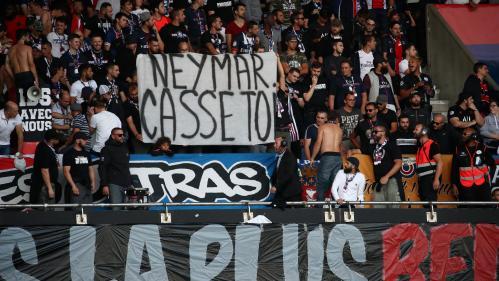 """""""Neymar casse-toi"""" : la star brésilienne conspuée en tribune pendant la rencontre PSG-Nimes au Parc des Princes"""