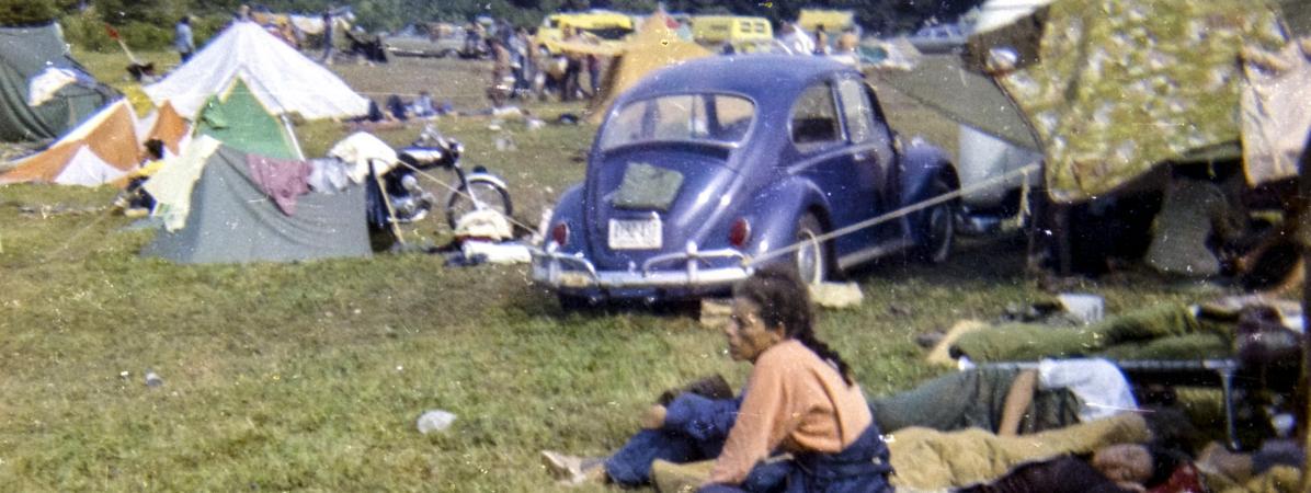 Des festivaliers se reposent au Festival Woodstock qui s\'est tenu du 15 au 18 aoôt 1969.