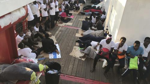 """Le HCR s'inquiète pour les migrants à bord des navires """"Ocean Viking"""" et """"Open Arms"""" alors que des tempêtes arrivent"""
