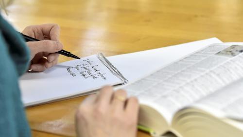 """Encre sur les doigts, écriture forcée... Des gauchers racontent leur """"calvaire"""""""