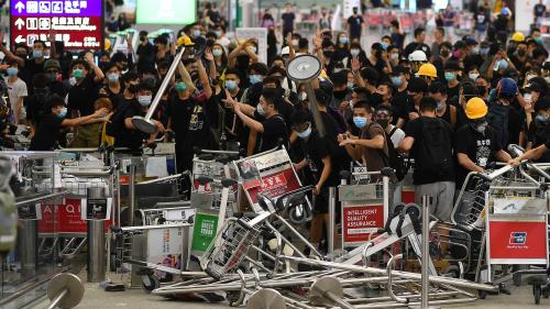 VIDEO. Hong Kong : la manifestation des opposants dégénère à l'aéroport