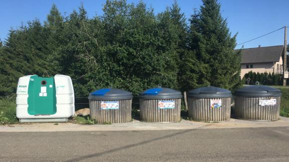 Trois poubelles de tri des déchets dans la commune de La Chaumusse (Jura).