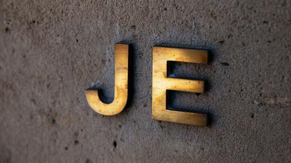 Les initiales de Jeffrey Epstein, mises en évidence à l\'entrée de sa résidence de Manhattan, à New York, le 15 juillet 2019.