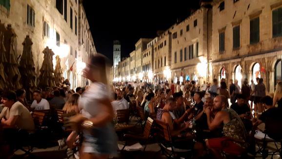 Des terrasses remplies, dans la vieille ville de Dubrovnik, le 14 août 2019.