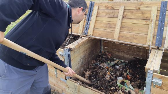 Un bac pour faire son propre compostavec les biodéchets des repas.