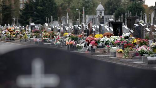 """""""Mes frères et moi avons dû descendre nous-mêmes le cercueil dans le caveau"""": un homme porte plainte contre une société de pompesfunèbres"""