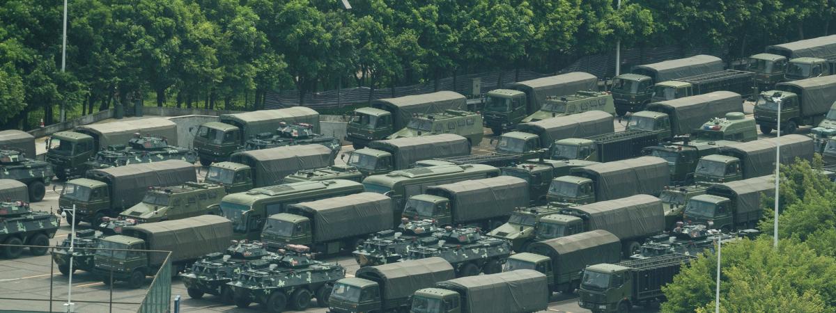 Des blindés chinois aux abords du stade deShenzhen (Chine),près de la frontière avec Hong Kong, le 15 août 2019.