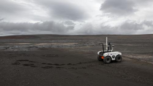 Avant de l'envoyer sur Mars, la Nasa teste un petit robot sur un champ de lave en Islande