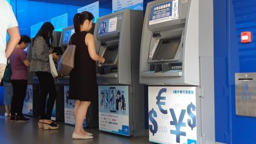"""""""J'ai demandé aux gens de retirer tout leur argent des banques"""" : à HongKong, les manifestants multiplient les actions coup de poing"""