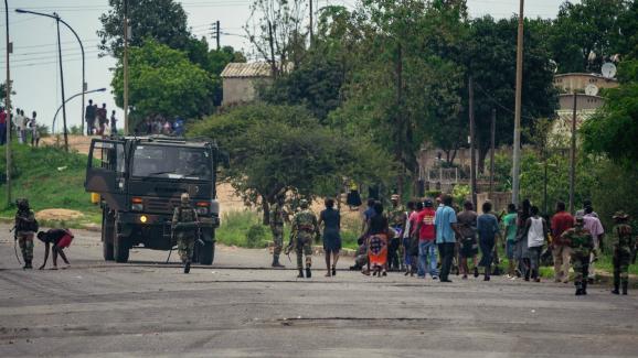 Une vague de manifestations a éclaté au Zimbabwe en janvier 2019, après la décision du président Emmerson Mnangagwa de doubler les prix de l\'essence. Photo prise le 16 janvier 2019 dans la banlieue de la capitale harare.