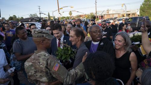Fusillade d'El Paso : des centaines d'anonymes se rendent à l'enterrement d'une victime pour soutenir son époux esseulé