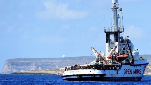 """Migrants : l'équipe de l'""""Open Arms"""" décrit une situation """"explosive"""" à bord du navire bloqué au large de Lampedusa"""