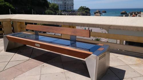 """A Biarritz, des bancs photovoltaïques installés pour le sommet du G7 à éviter """"aux heures les plus ensoleillées"""""""