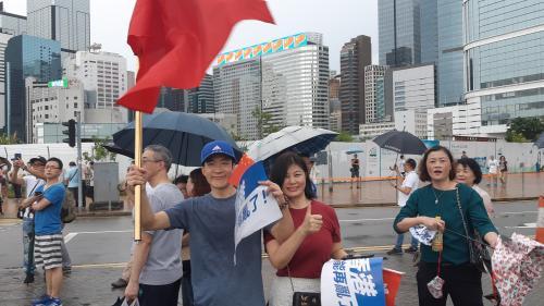 """VIDEO. """"La Chine est bonne pour nous"""" : des milliers de partisans gouvernementaux rassemblés à Hong Kong"""