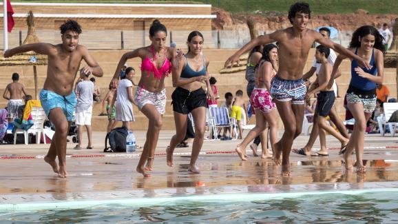 Des Marocains se préparent à sauter dans l\'eau à la nouvelle piscine publique de la capitale Rabat le 7 août 2019.