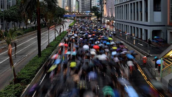 Des manifestants envahissent les rues d\'Hong Kong pour réclamer plus de démocratie, dimanche 18 août 2019.