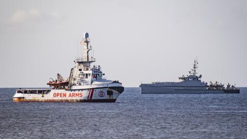 """Les migrants de l'""""Open Arms"""" ont débarqué au port de Lampedusa"""