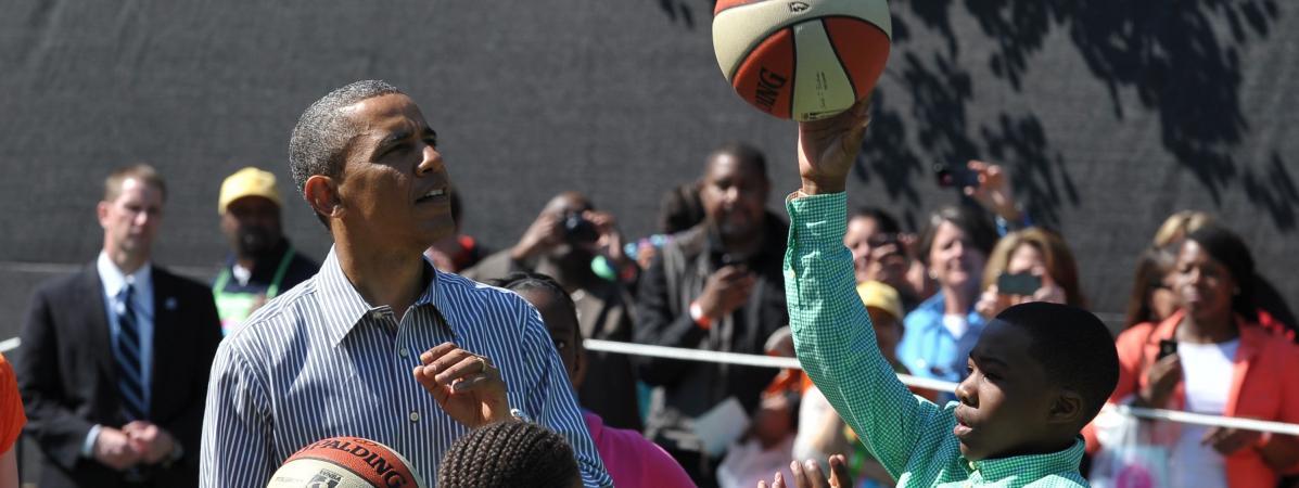 Un maillot de basket de Barack Obama jeune adjugé 120 000 dollars