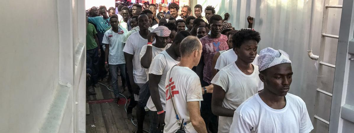 """VIDEO. En pleine Méditerranée, la longue attente des rescapés de l'""""Ocean Viking"""""""