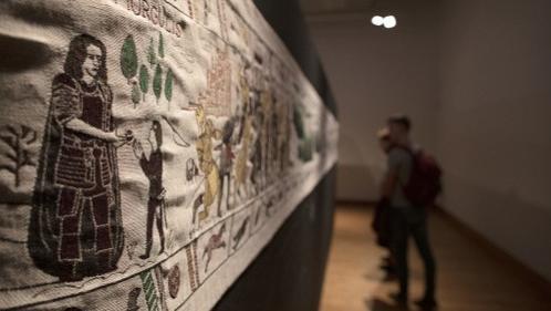 """L'imposante tapisserie qui retrace les aventures de """"Game of Thrones"""" est arrivée à Bayeux, où elle sera exposée"""