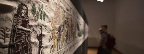 """L'imposante tapisserie qui retrace les aventures de """"Game of Thrones"""" est arrivée à Bayeux, où elle sera ex..."""