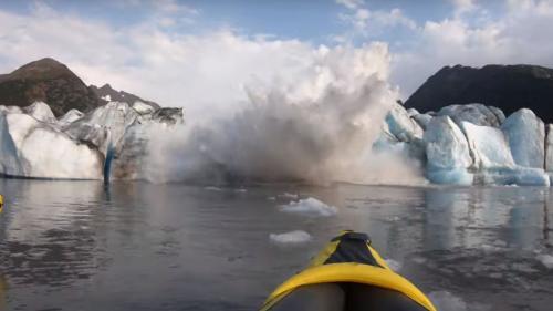VIDEO. En Alaska, un glacier s'effondre sous les yeux de deux touristes