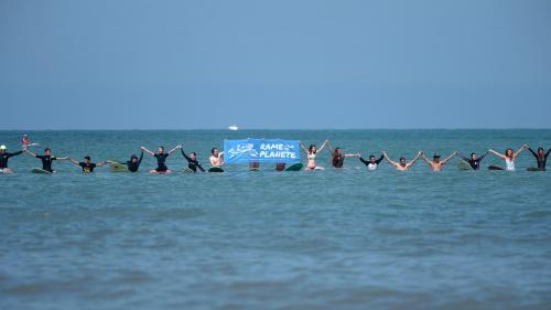 VIDEO. Climat : avant le G7 à Biarritz, des surfeurs rament pour la protection des océans