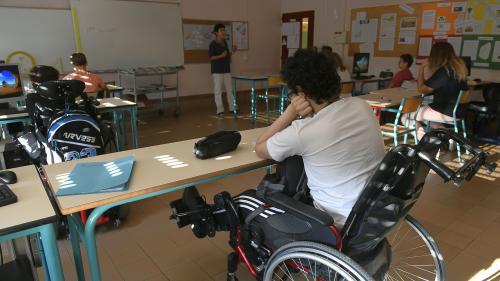 """""""C'est beaucoup de bidouillage"""" : l'école """"pleinement inclusive"""" de Blanquer ne convainc pas les parents d'élèves handicapés et les enseignants"""