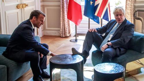 VIDEO. La décontraction de Boris Johnson, le pied sur la table à l'Elysée