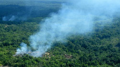 """Incendies en Amazonie: Jair Bolsonaro, sous le feu des critiques, reproche à Emmanuel Macron une """"mentalité colonialiste"""""""