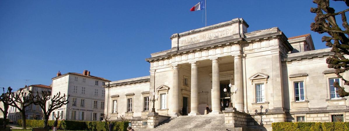 Le palais de justice de Saintes (Charente-Maritime), où le chirurgien de Jonzacdevrait êtrejugé début 2020 pour viols et agressions sexuelles sur mineur. (image d\'illustration)