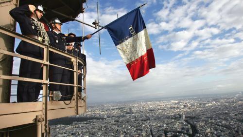 """""""Il s'était juré de remettre le drapeau français en haut de la tour Eiffel"""", raconte la fille d'un pompier qui a participé à laLibération de Paris il y a 75 ans"""