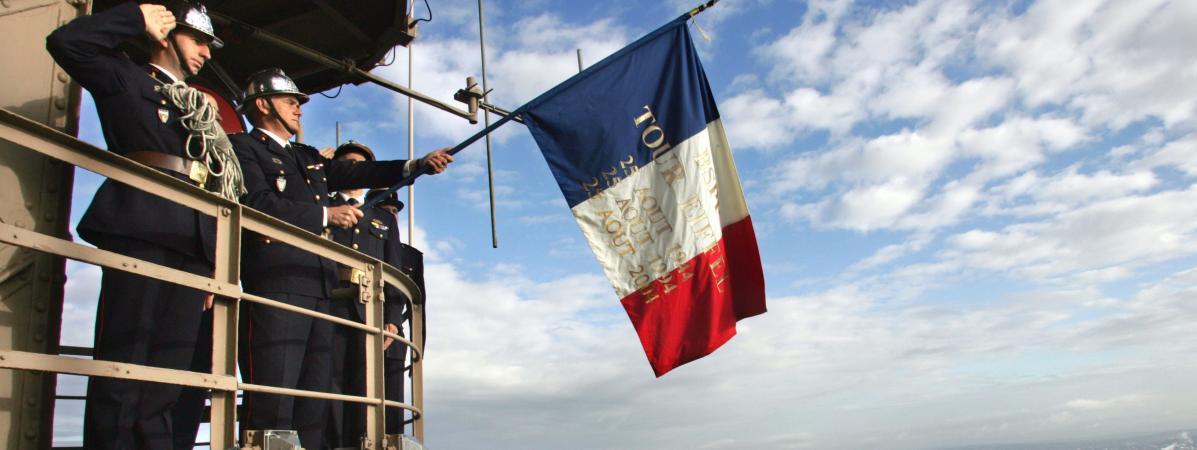 """""""Il s'était juré de remettre le drapeau français en haut de la tour Eiffel"""", raconte la fille d'un pompier ..."""