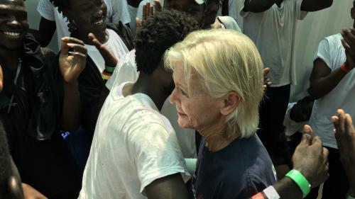 """Du Darfour à la Méditerranée, retrouvailles sur le bateau """"Ocean Viking"""" entre un réfugié et celle qui l'avait soigné il y 15 ans"""