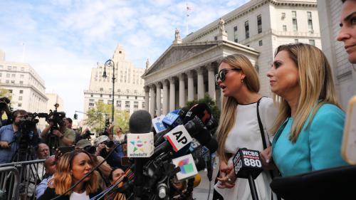 """VIDEO. """"J'étais son esclave"""" : privées de procès, les accusatrices de Jeffrey Epstein témoignent lors d'une audience inédite"""