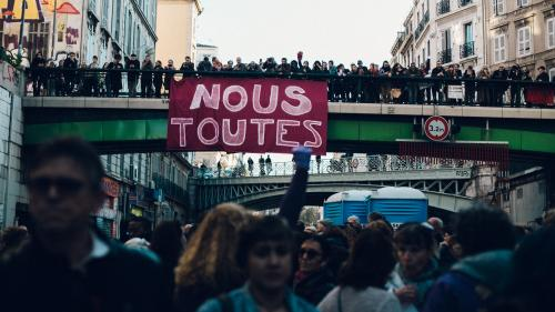 """VIDEO. Comment le collectif """"féminicides par compagnons ou ex"""" tient le décompte des féminicides en France pour interpeller la société"""