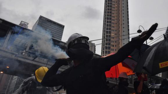 Un manifestant lance un projectile en direction des forces de l\'ordre à Hong Kong, le 25 août 2019.