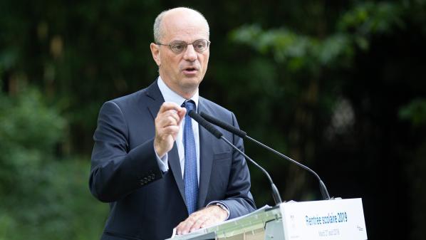 """""""Blanquer est très fort en communication"""" : des enseignants raillent la hausse de salaire promise par le ministre"""