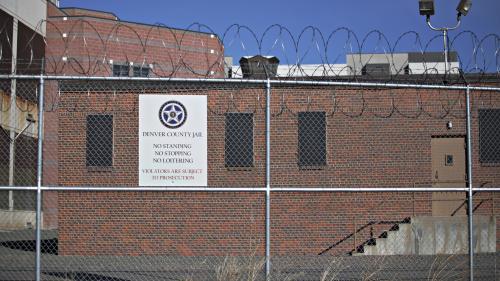 Etats-Unis : après avoir accouché seule dans une prison de Denver, une détenue porte plainte contre les autorités